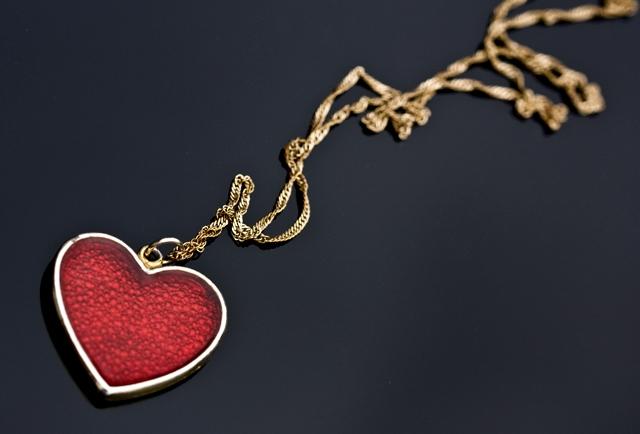 Hjärta på svart produktbord
