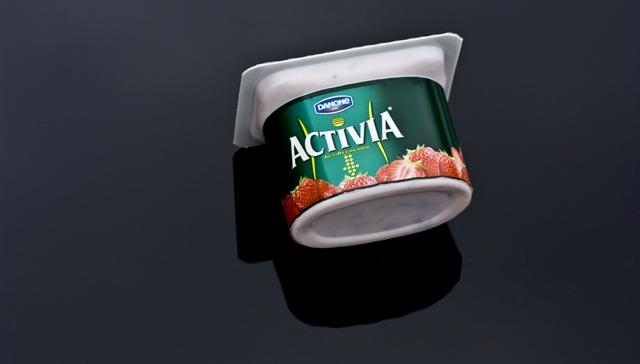 Yogurt på svart produktbord