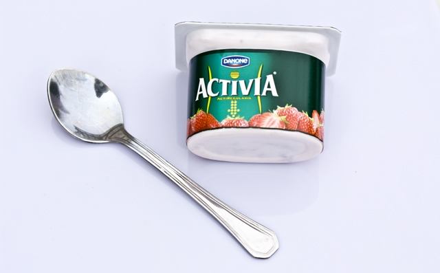 Yogurt på vit produktbord